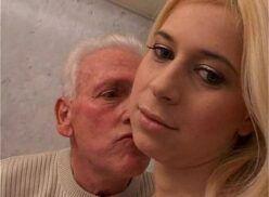 Filha bate uma para o pai que enfia o dedo no cu da filha