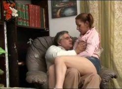 Filha senta no colo do pai e acaba transando