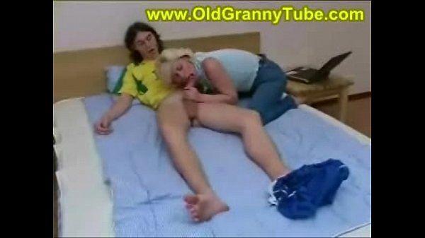 Mãe fode com seu filho magrinho
