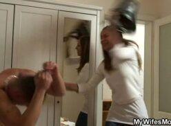 Mãe pega filho transando com irmã e faz sexo com ele