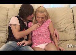 Novinha inocente perdendo virgindade