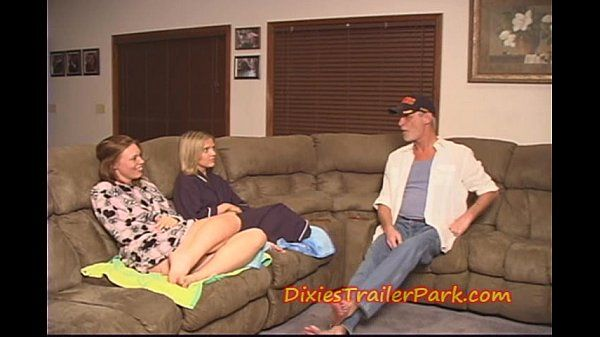 Pai assistindo suas duas filhas se chupando