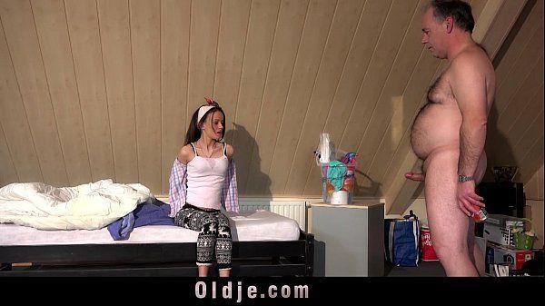 Pai entra no quarto da filha pelada e transa com ela