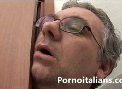 Pai espiou filha no banheiro e transa com ela