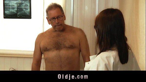 Pai faz sexo oral com a filha depois come buceta