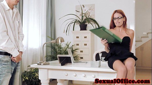 Comendo secretaria na escritório