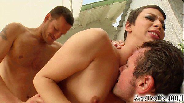 Dois homens fazendo dupla penetração com gostosa