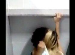 Flagra de sexo no banheiro da escola