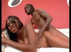 Mulher negra fudendo e gozando muito