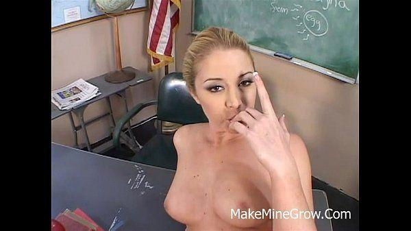 Mulher peituda fazendo sexo
