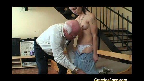 Neta dando a buceta para o avo tarado
