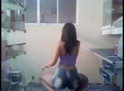 Novinha rabuda dançando funk pelada