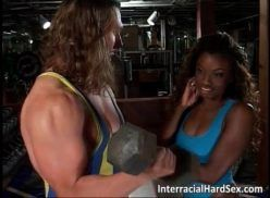 Personal trainer comendo pretinha