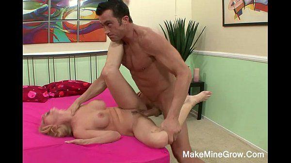Sexo com mulher peituda