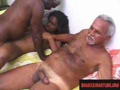 Mulata vadia brasileira dando pra dois velhos